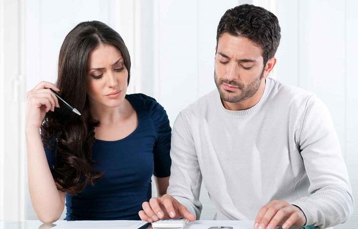 pareja haciendo calculos