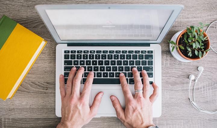 hombre escribiendo en un portatil