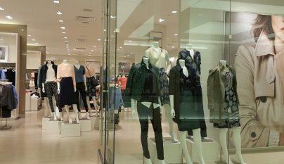 en-que-se-fijan-los-clientes-tienda-de-ropa