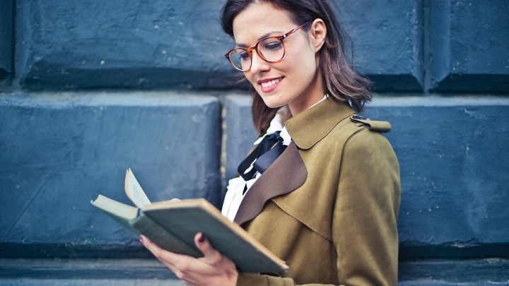 chica-leyendo-un-libro