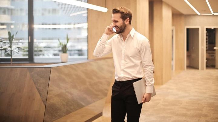 ejecutivo-hablando-por-telefono