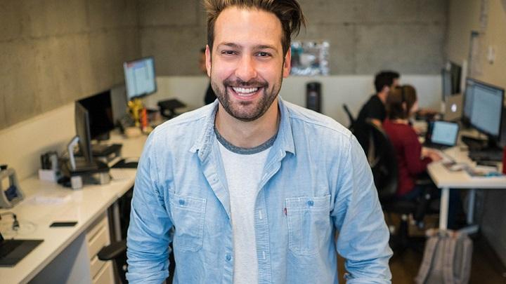 hombre-sonriente-en-oficina
