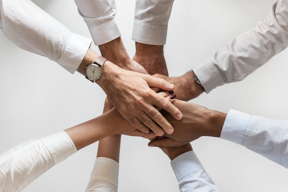 manos-formando-equipo