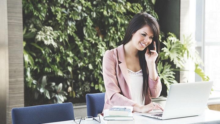 mujer-en-su-despacho