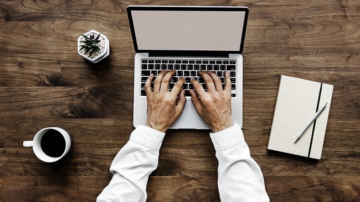 persona-escribiendo-a-ordenador