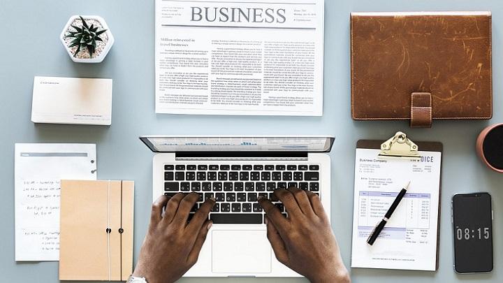 hombre-escribiendo-a-ordenador