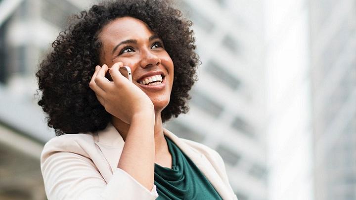 mujer-hablando-por-telefono