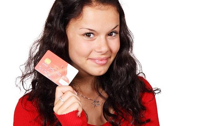 chica-con-tarjeta-de-credito
