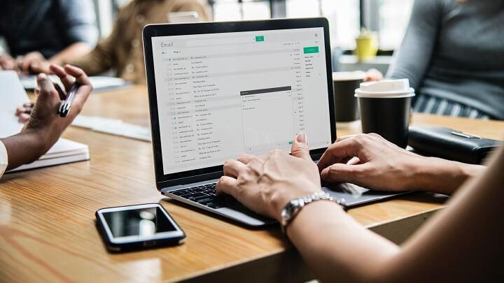 mujer-escribiendo-un-email