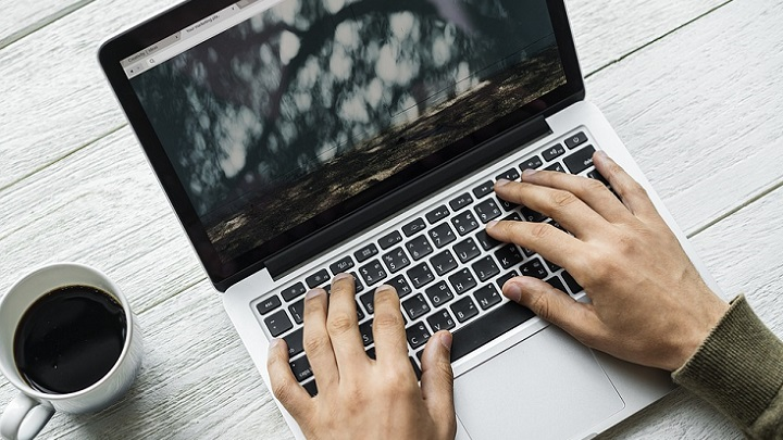 ordenador-sobre-la-mesa