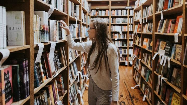 chica-mirando-libros