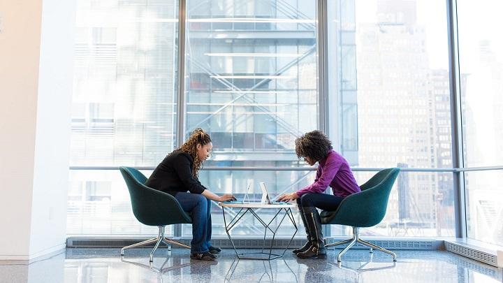 dos-chicas-sentadas