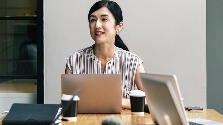 mujer-con-ordenador