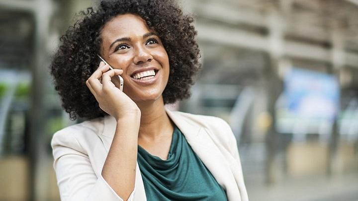 mujer-hace-llamada-de-telefono