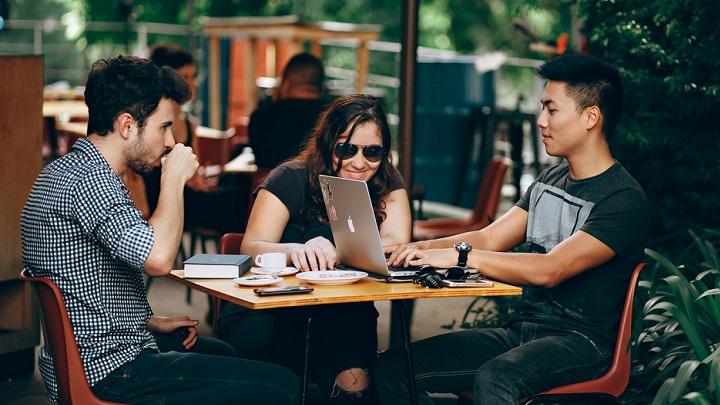 tres-personas-en-cafeteria