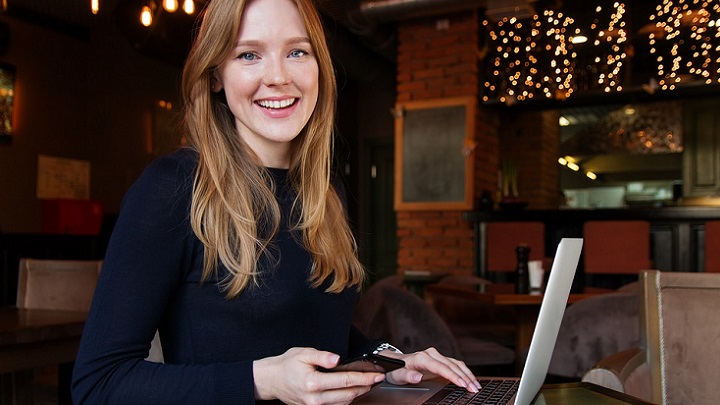 chica-sonriente-ante-el-ordenador