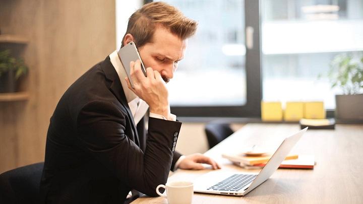 hombre-habla-por-telefono
