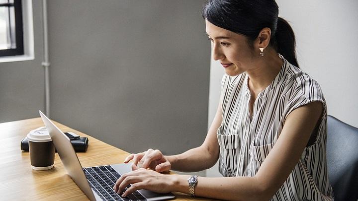 mujer-trabajando-en-ordenador