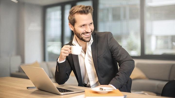 hombre-tomando-cafe