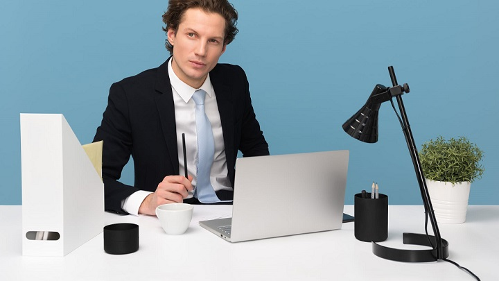 chico-en-su-escritorio