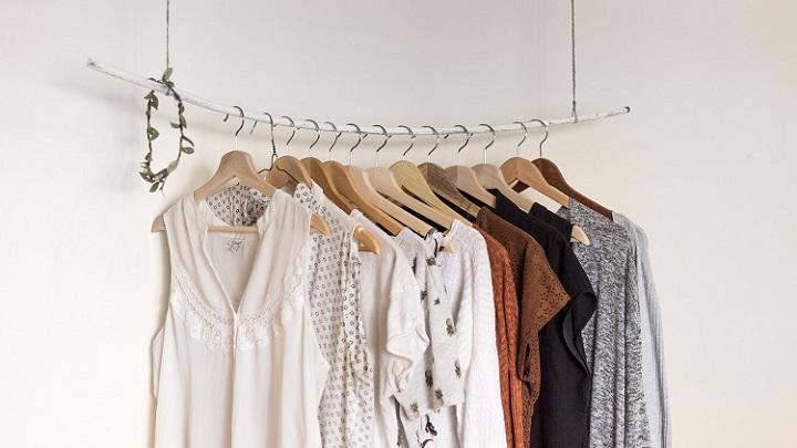 perchas-con-ropa
