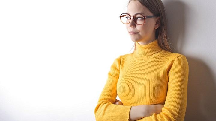 chica-con-jersey-amarillo