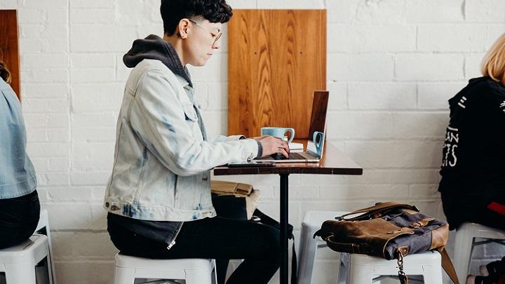 chico-escribiendo-a-ordenador