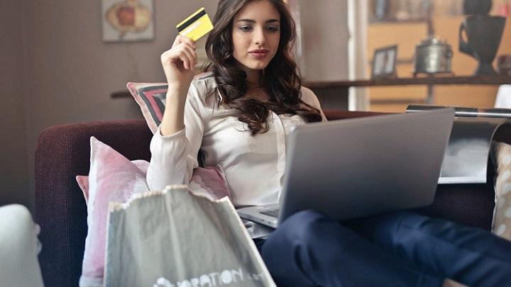 chica-compra-en-internet