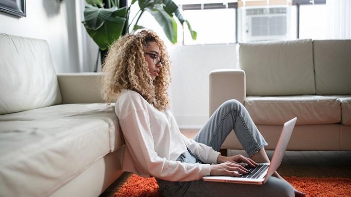 chica-escribiendo-en-ordenador