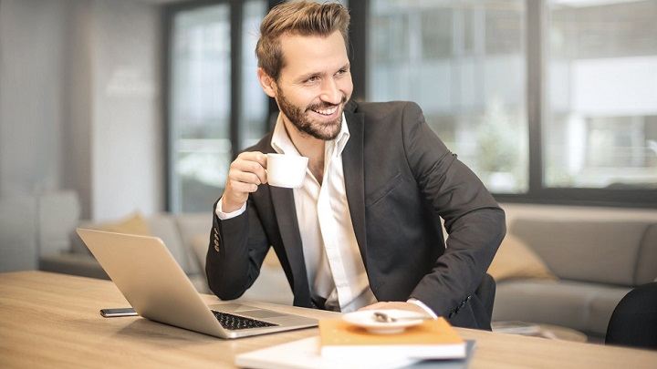 ejecutivo-tomando-cafe