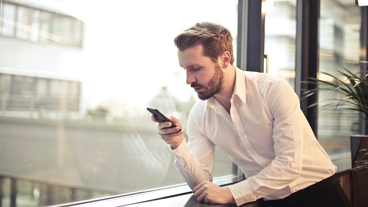 hombre-con-telefono-movil