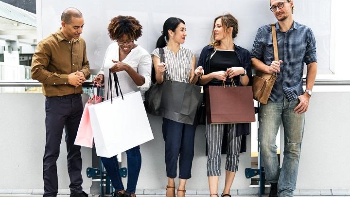 personas-con-bolsas-de-tiendas