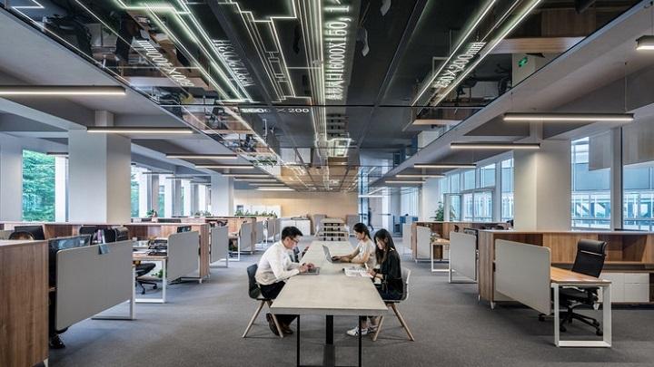 tres-personas-en-oficina-abierta