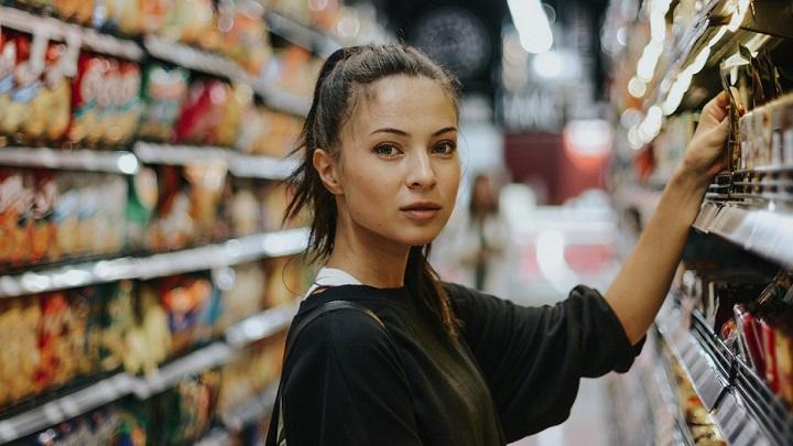 chica-comprando-en-tienda