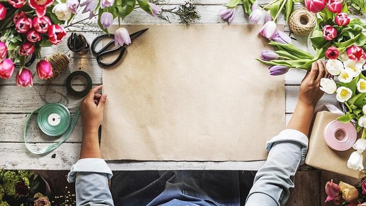 distintas-flores-en-la-mesa