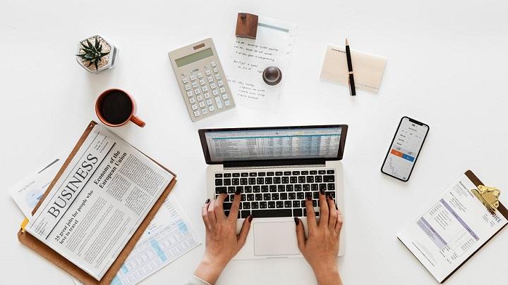 documentos-y-ordenador-sobre-la-mesa