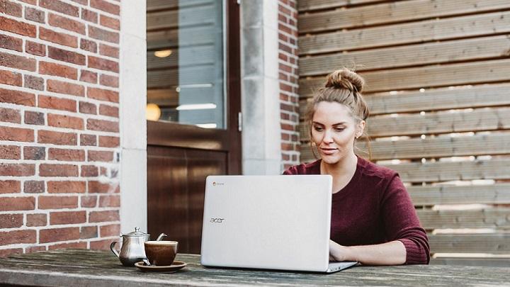 profesional-trabajando-con-el-ordenador