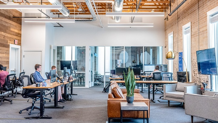 trabajadores-en-el-despacho