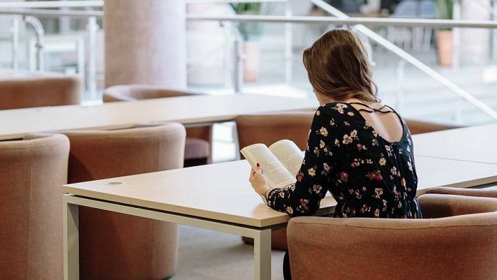 chica-lee-un-libro