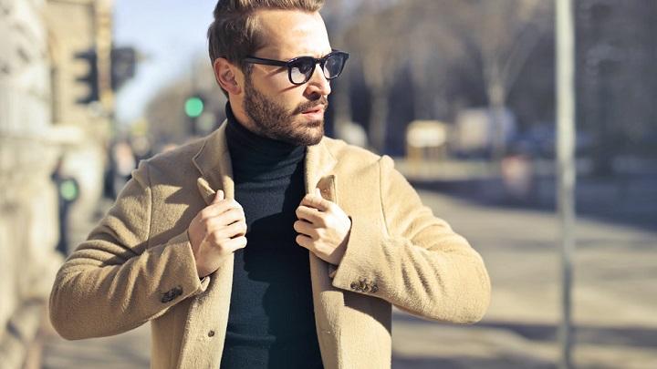 hombre-con-abrigo-marron