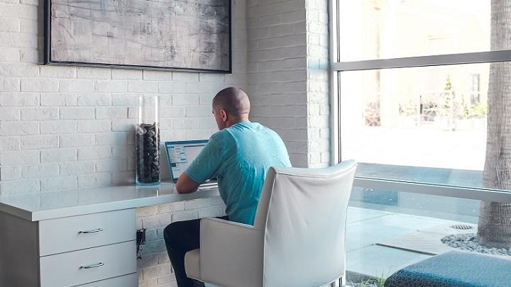 hombre-trabajando-en-el-escritorio-del-despacho