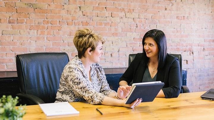 personas-reunidas-en-el-trabajo