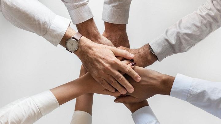 manos-formando-un-equipo