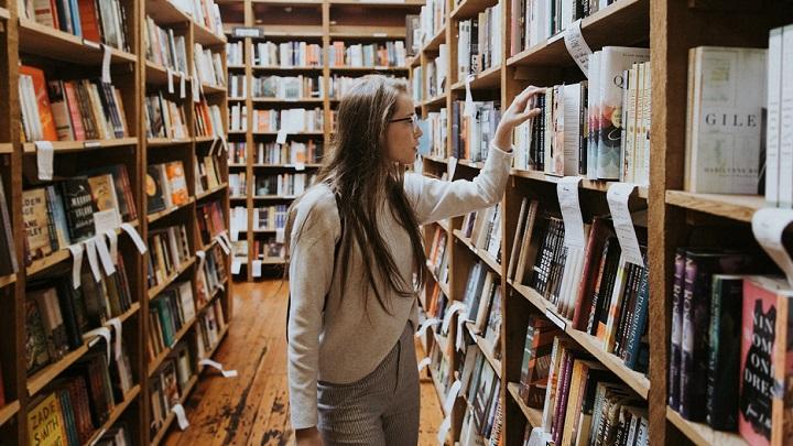 mujer-en-la-biblioteca