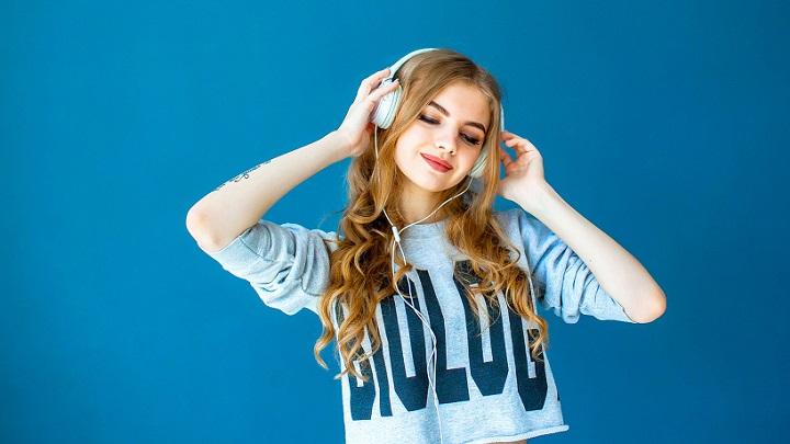 mujer-escucha-musica