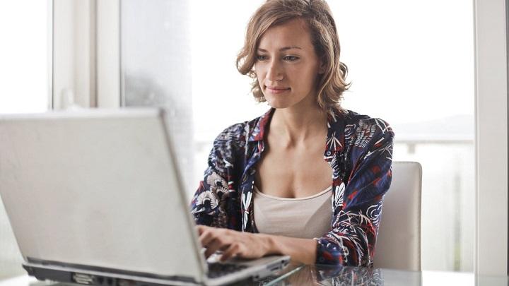 profesional-trabajando-en-ordenador
