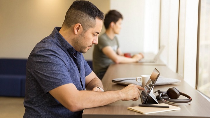 dos-personas-delante-del-ordenador