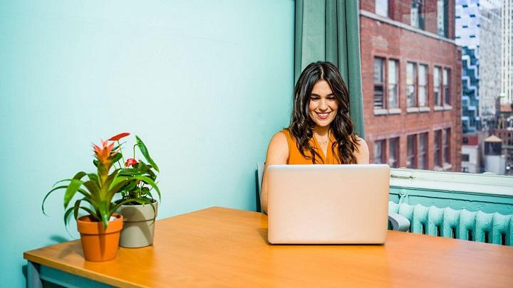 mujer-trabajando-en-su-escritorio