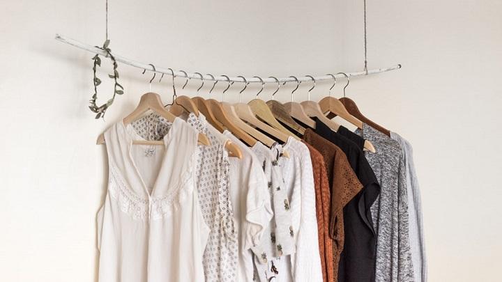 perchas-con-prendas-de-ropa