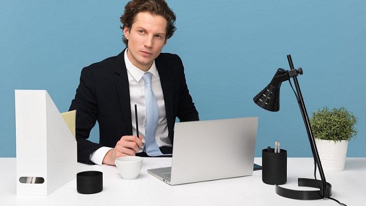 profesional-en-su-despacho